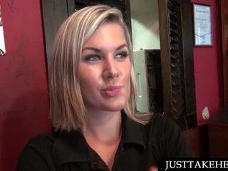 Blondin servitris blowing shaft för kontanter i offentlig