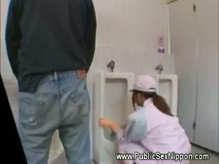 Awam menghisap zakar dalam yang mens tandas