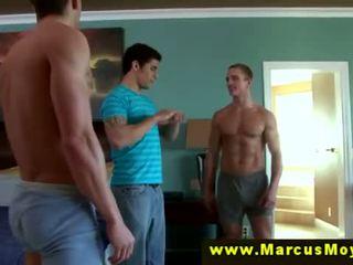 Drie geil heteroseksueel males proberen blowjobs