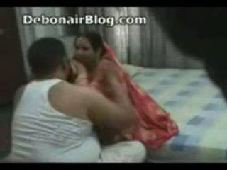 Paquistaní tío y aunty pillada romancing en la