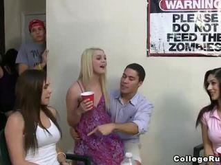 Slutty жіноча організація дівчинки вечірка жорсткий з frat boys