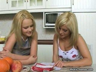 Nadržený astonishing blondýnka lesbička babes líbání