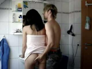 Amatérske násťročné fucked ťažký v a kúpeľňa video