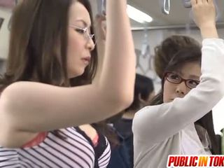 Asiatisk mor id som til bang licks rooster i buss xxx fest