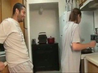 Brat a sister fajčenie v the kuchyňa
