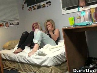 Nuori pari helvetin päällä camera