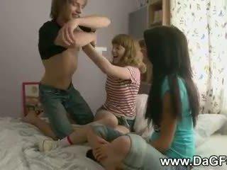 Harcore seks tiga orang dengan schoolgirls