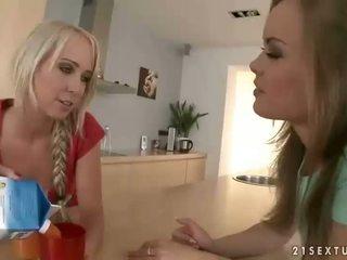 Schattig meisjes having seks in de keuken