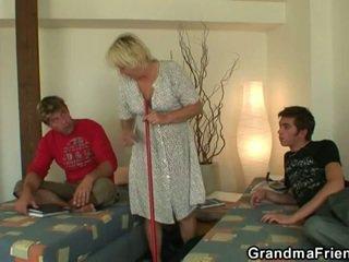 Καυλωμένος/η έφηβος/η roommate fucks Καυτά γιαγιά