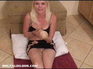 Jayda enjoys sebuah besar-besaran penis buatan