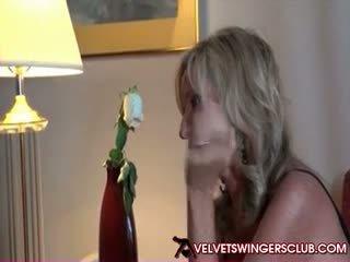 Tukar-menukar pasangan milfs getting siap untuk velvet svingers klub pesta