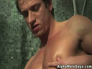 Atletsko gej hunks sesanje v the prha