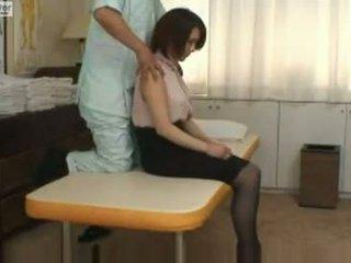 Ιαπωνικό κορίτσι του σχολείου gets πατήσαμε με αυτήν massager