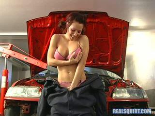 Kream plays mechanic pro a den a things rychle dostat mokrý v the garage