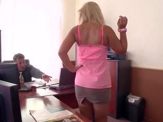 Adembenemend kantoor sluts eating poesje krijgen betrapt en geneukt!