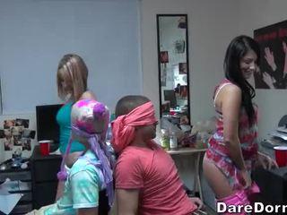 Κολλέγιο κορίτσια με δεμένα μάτια ο guys και gave τους lap dance