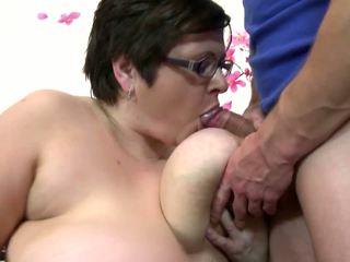 Grand mature mère sucer et baise jeune heureux garçon: gratuit porno 4c