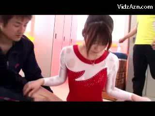 Дівчина в gymnast плаття getting massaged з масло манда rubbed по її trainer в the гардеробна