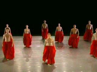 Nua a dançar ballett grupo
