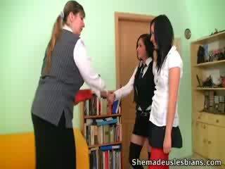 Dina un kira zīst un laizīšana milzīgs bumbulīši no viņu skolotāja.