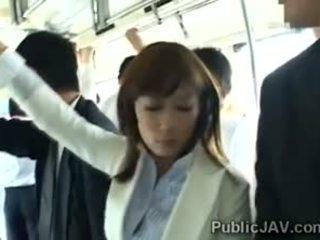 Japānieši birojs sieviete gets banda banged uz the vilciens