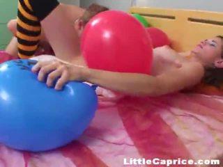 Tijd voor de ballon popping rond slecht weinig caprice!