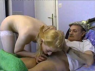 l infirmiere se tape deux papys