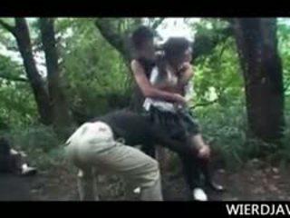 Jap kukulla në shkollë uniformë raped dhe e abuzuar në përjashta