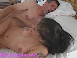 Ebrejiešu meitene fucked grūti pirmais pakaļa licking un sejas masāža.