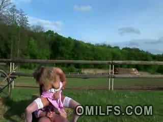 Sexy blondine milf viktoria loves naar krijgen haar lul penetrated uit door de veld