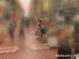 Á châu thiếu niên sweeties getting twats tất cả mưa trong khi cưỡi các bike