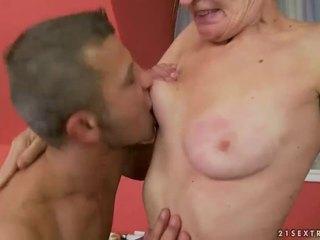 חם סבתא gets שלה שיערי כוס מזוין