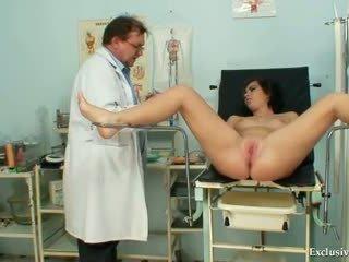 Filthy gyno doktorn performs söt tonårs tentamen