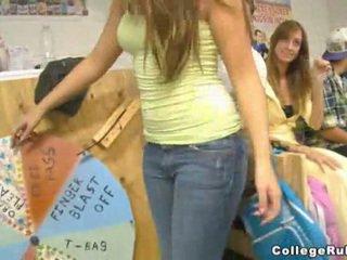 Students spēlēt wheel no jautrība