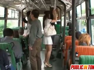 Yuu asakura κώλος είναι rubbed με ένα καβλί επί ο λεωφορείο