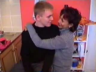 Olga s ji sin v kuhinja
