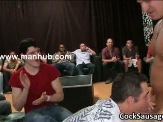 Bunch de bêbeda gay guys ir louca em clube