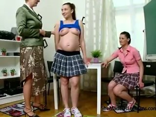 Mang thai sinh viên và cô ấy người bạn được taught đồng tính nữ trò chơi qua của họ nghịch ngợm xưa giáo viên