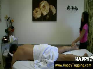 Aziatisch masseuse feels omhoog een guy