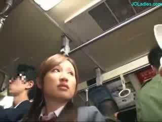 Kantoor dame getting haar harig poesje fingered terwijl standing op de bus