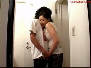 แม่ผมอยากเอาคนแก่ giving ใช้ปากกับอวัยวะเพศ สำหรับ หนุ่ม guy สำเร็จความใคร่ ไปยัง palm บน the toilett