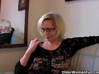 বিকৃত যৌন আলগা বাধন pushes তার fist উপর তার পুরাতন ভোদা