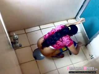 印度人 女士们 filmed 上 间谍 凸轮 在 一 公 厕所