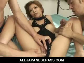 Lovely japonsko punca akane hotaru takes two cocks pri the