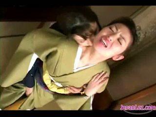 Asiatisch mädchen im kimono getting sie gesicht kissed muschi und titten