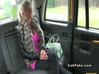 Pieptoasa terminat blonda bangs în taxi anal realitate