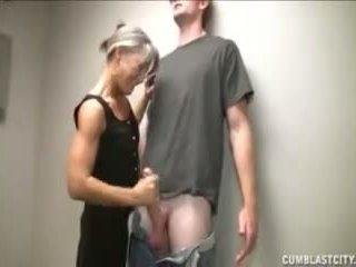 Wanita dengan pria lebih muda wants beberapa besar load dari dia soft buah zakar