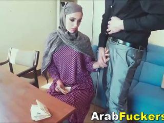 Arab gadis mencari untuk kerja menipu ke dalam seks / persetubuhan