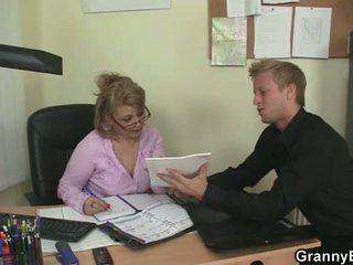 Секси стар жени rides негов хуй в на офис