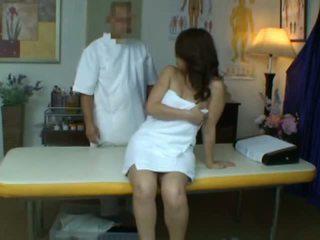 Mladý manželka reluctant orgasmu během zdraví masáž
